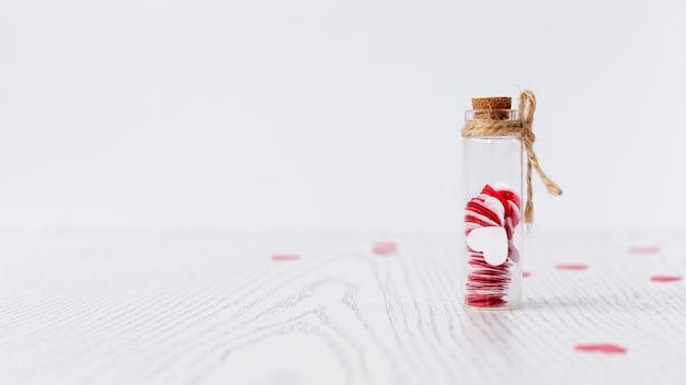 Вид спереди трубки с сердечками на день святого валентина