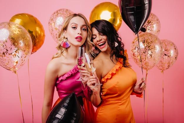 Вид спереди двух счастливых женщин, наслаждающихся мероприятием
