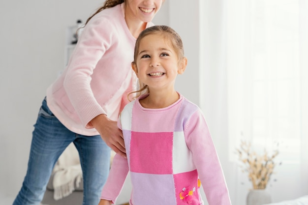 自宅で遊んでいる2人のスマイリー姉妹の正面図 Premium写真