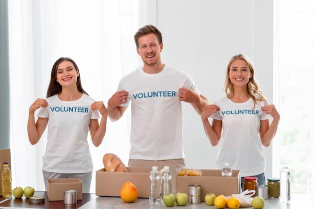 세계 식량의 날 기부를 돕는 자원 봉사자의 전면 모습