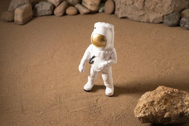 블랙에 돌 주위에 흰색 우주 비행사의 전면보기