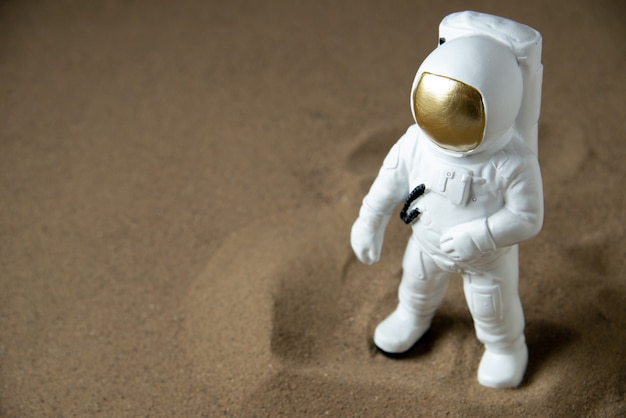 Вид спереди белого космонавта на черной луне