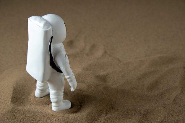 ムーンブラックの白い宇宙飛行士の正面図