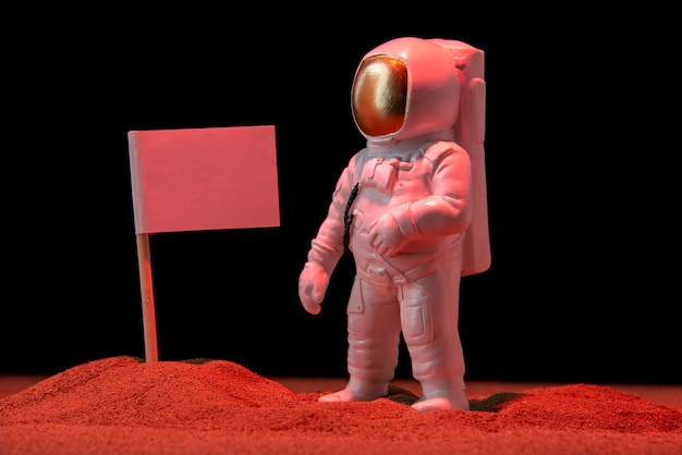 Вид спереди белого космонавта с белым флагом на черном