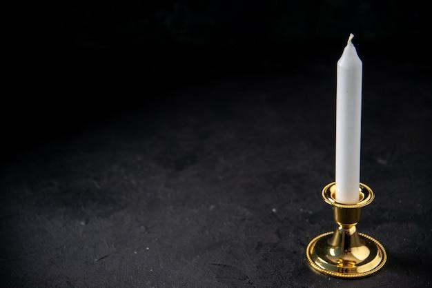 블랙에 황금 삽입에 하얀 촛불의 전면보기