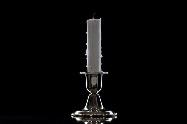 블랙에 황금 스탠드에 하얀 촛불의 전면보기