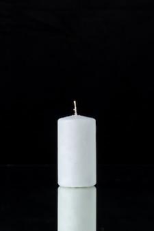 검정에 흰색 촛불의 전면보기