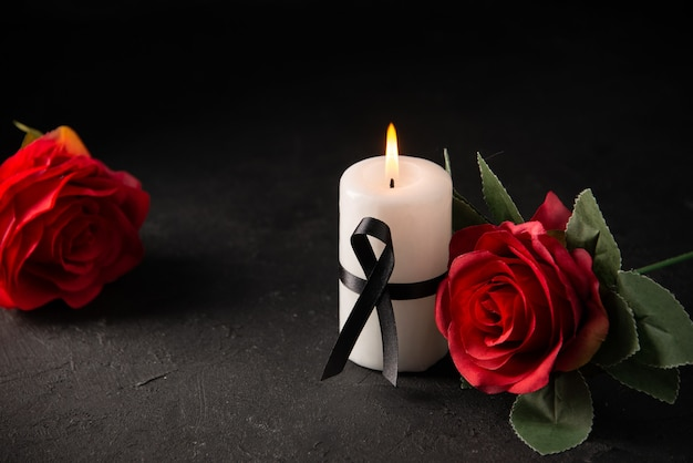 黒地に赤いバラの白いキャンドルの正面図