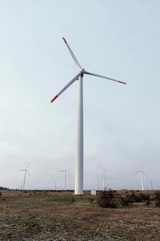 エネルギーを生成するフィールドでの風力タービンの正面図