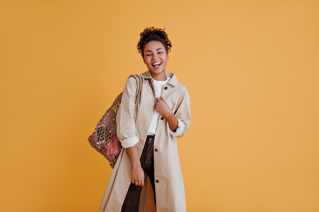 ストリングバッグを持った魅力的な女性の正面図