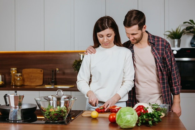 여자와 남자는 부엌에서 음식을 준비의 전면보기