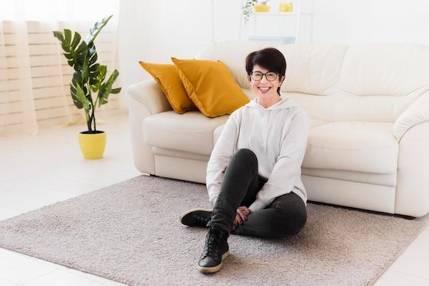 自宅のソファの横にある女性の正面図