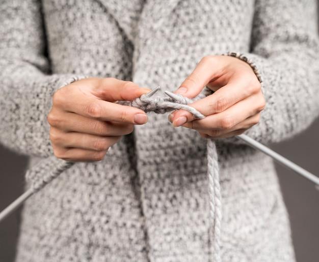 여자 crocheting의 전면 모습