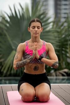 Вид спереди женщины, делающей упражнения йоги