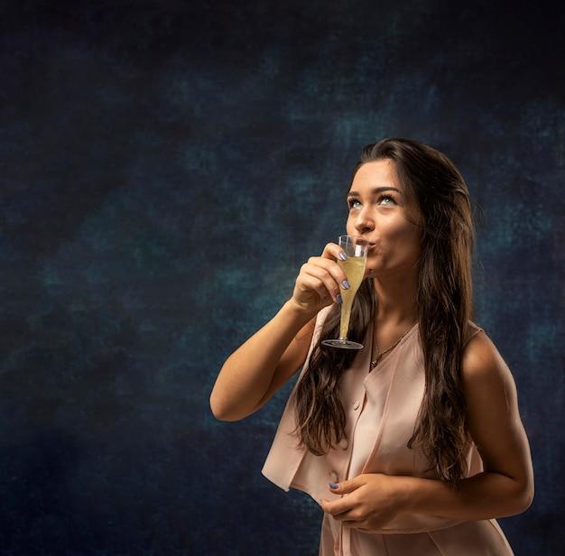 シャンパンを飲む女性の正面図