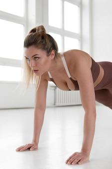 운동하는 여자의 전면 모습