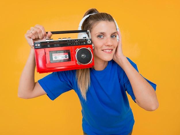 Вид спереди женщины, держащей радио