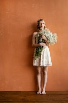 コピースペースと花の花束を保持している女性の正面図