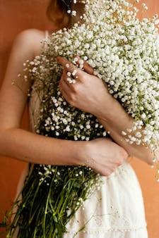 花の花束を保持している女性の正面図