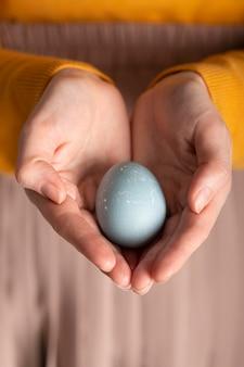 부활절 달걀을 들고 여자의 전면보기