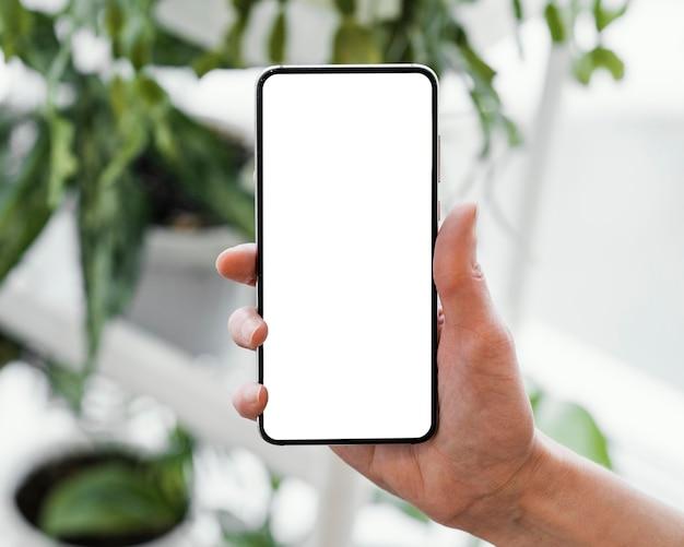 コピースペースでスマートフォンを保持している女性の正面図