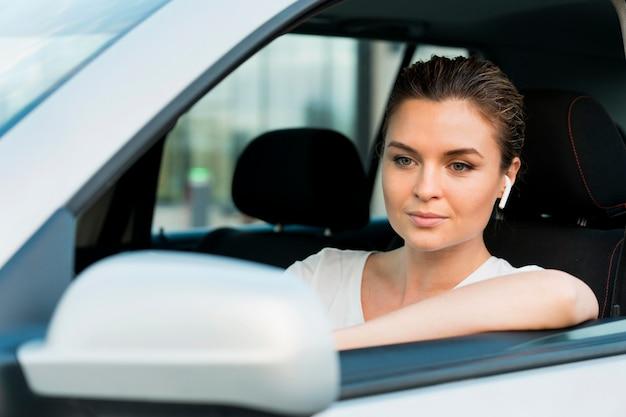개인용 자동차에있는 여자의 전면 모습