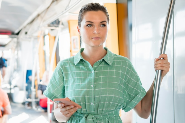 Вид спереди женщины в общественном транспорте