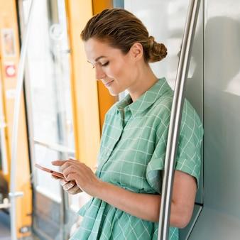 公共交通機関の女性の正面図