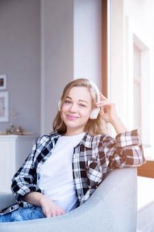 Вид спереди женщины, слушая музыку