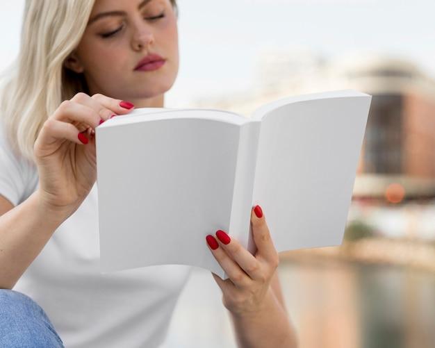 本を読んで屋外で女性の正面図