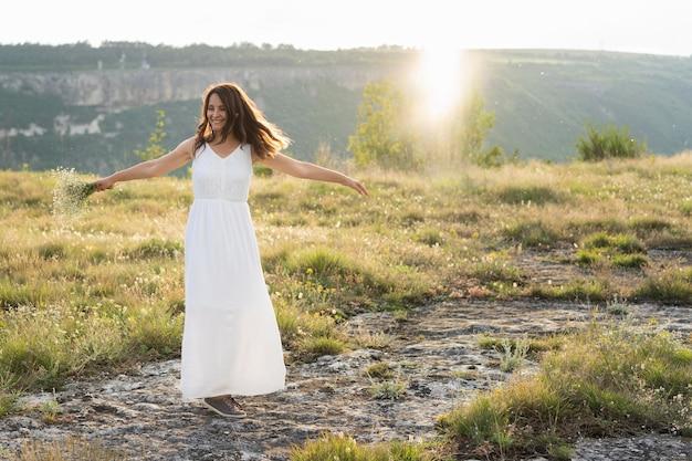 自然の中でポーズをとる女性の正面図