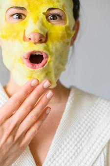フェイスマスクを着用しながらポーズをとる女性の正面図