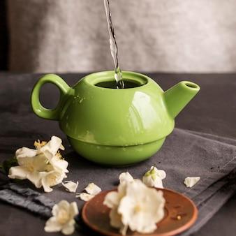 Вид спереди женщины готовит чай концепции