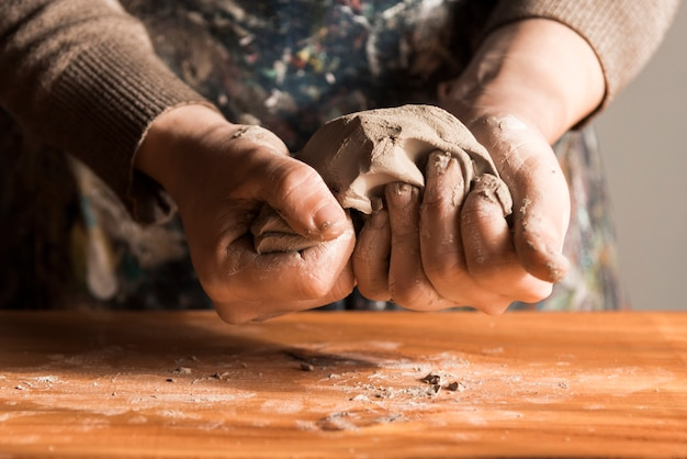 粘土を形作る女性の正面図