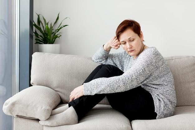 Вид спереди женщины, сидя на диване