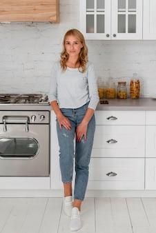 Вид спереди женщины, стоящей на кухне