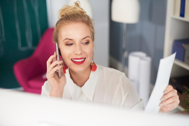 Вид спереди женщины разговаривает по телефону