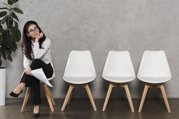 彼女の就職の面接を待っている女性の正面図
