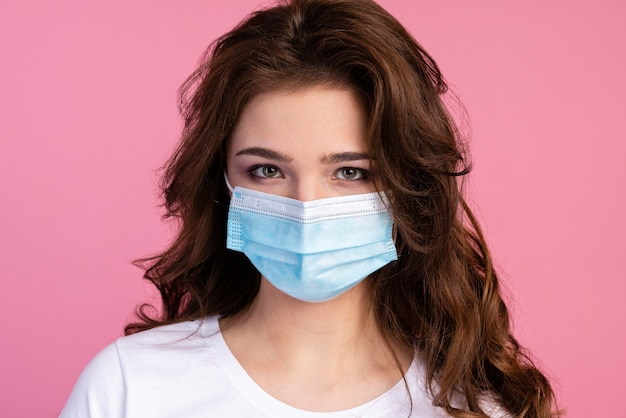 医療用マスクを着用した女性の正面図
