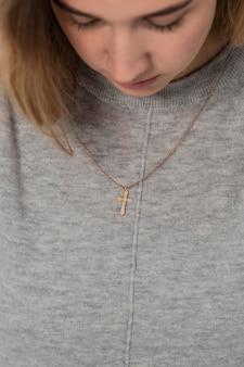 クロスネックレスを身に着けている女性の正面図