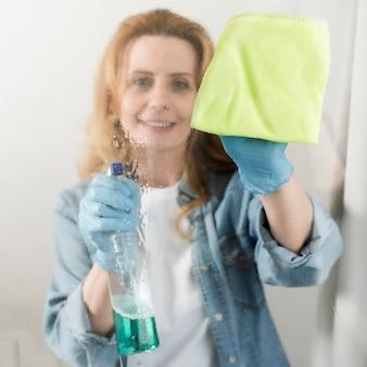 ウィンドウを拭く女性の正面図