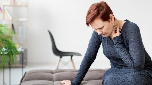 Вид спереди женщины с тревогой