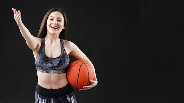 バスケットボールのボールを持つ女性の正面図