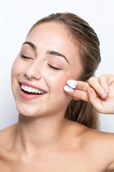 Вид спереди женщины с концепцией косметического продукта