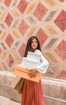 Вид спереди женщины с коробками