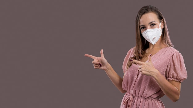 フェイスマスクとコピースペースを持つ女性の正面図