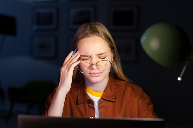 メガネの女性の正面図