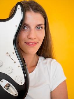 ギターを持つ女性の正面図