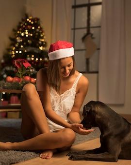 Вид спереди женщины с собакой на рождество