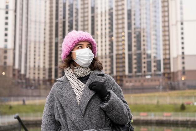 도시에있는 의료 마스크와 여자의 전면보기